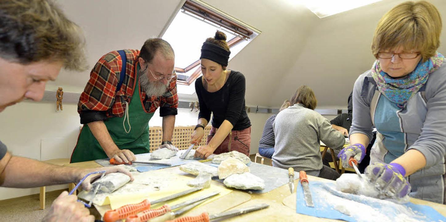 Mariella Nesselhauf (Mitte, mit schwar...igt, wie man mit Speckstein arbeitet.     Foto: rita eggstein