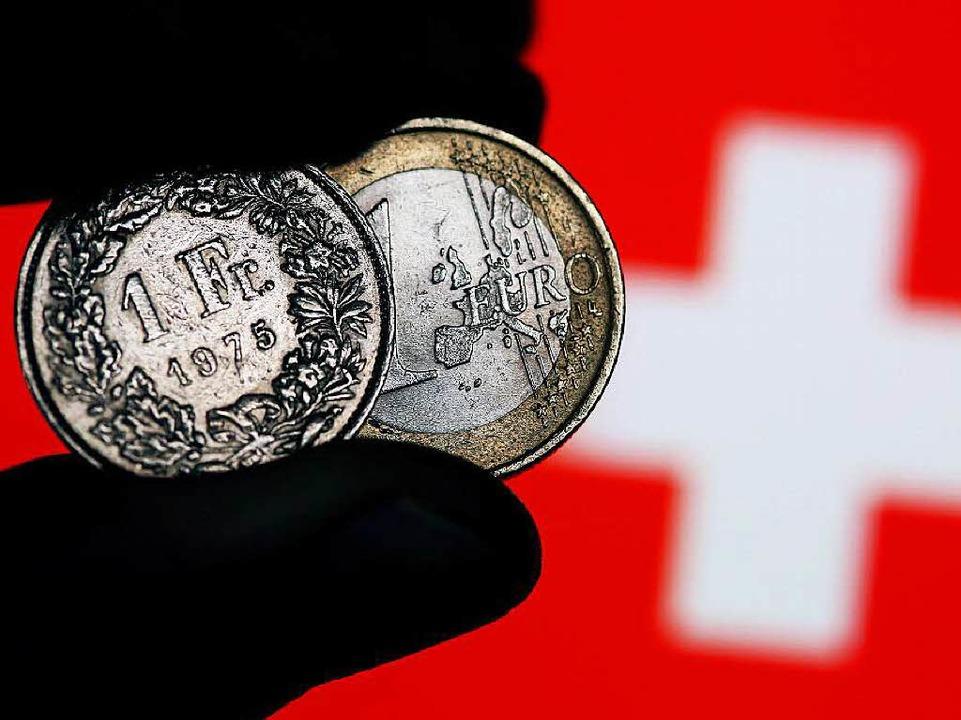 Wer in Südbaden wohnt und in der Schwe...en vom Eurokurs schlagartig mehr Geld.  | Foto: dpa