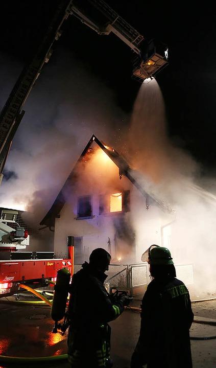 Das ganze ältere Gebäude stand in Flammen.   | Foto: breithaupt