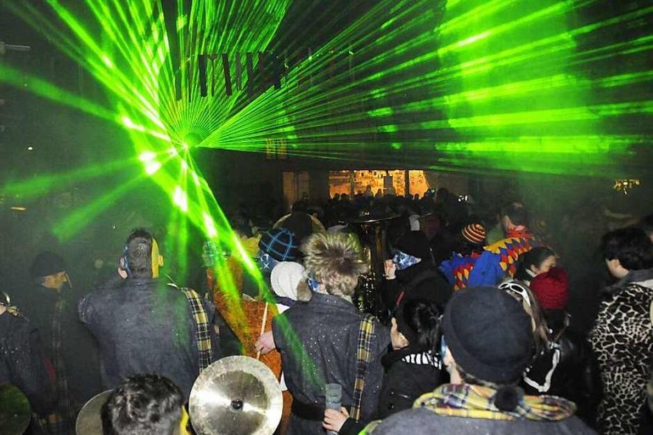Eine noch nie dagewesene Laser-Show tobte am Sonntagmorgen um Mitternacht über den begeisterten Besuchern der Festmeile des 35. Kleggau-Narrentreffens in Weizen. (Foto: Dietmar Noeske)