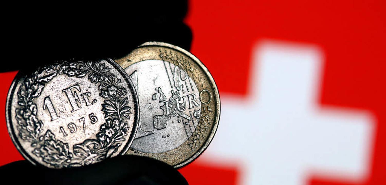 Franken und Euro sind ungefähr gleich ...bank den Frankenkurs freigegeben hat.   | Foto: Fotos: dpa