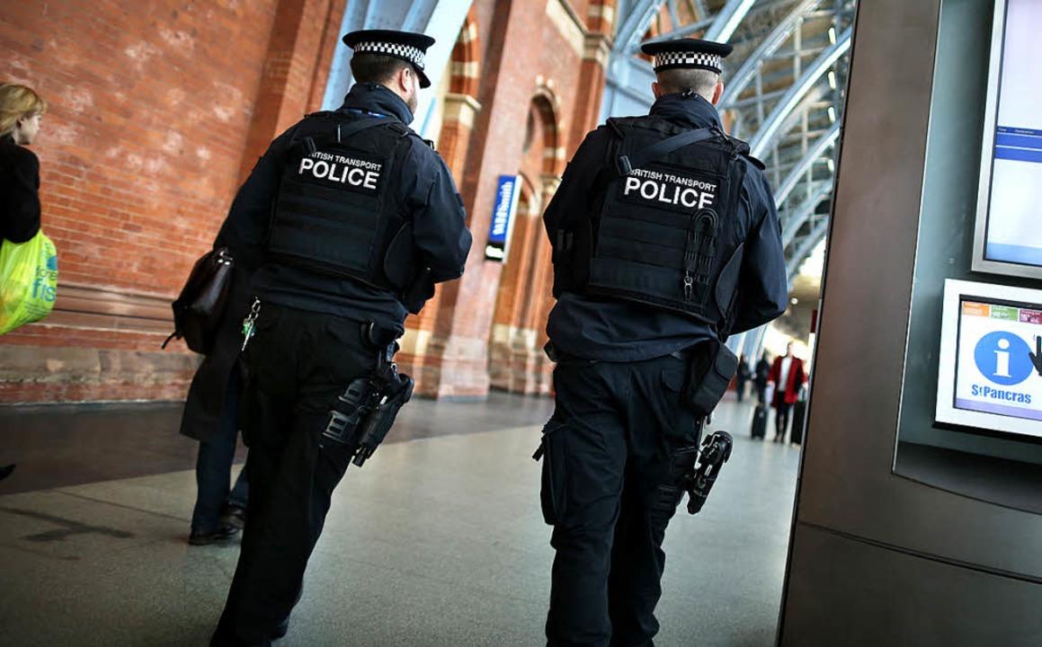 Die englische Polizei hat noch keine Hinweise auf einen Killer.   | Foto: AFP