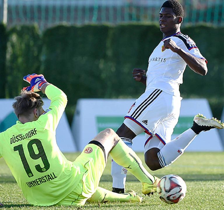 Test: Breel Embolo (FCB), Fortuna-Keeper Lars Unnerstall   | Foto: Schön