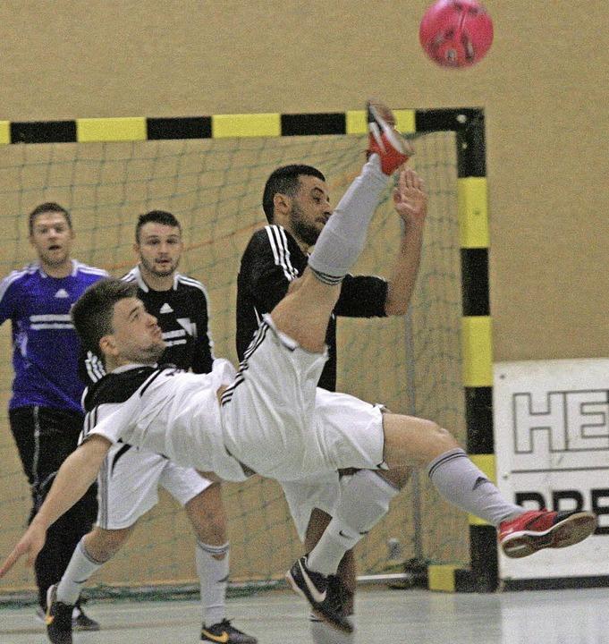 Akrobatisch:  Nikola Obradovic (vorne,...ersucht sich an einem Fallrückzieher.   | Foto: Neubert