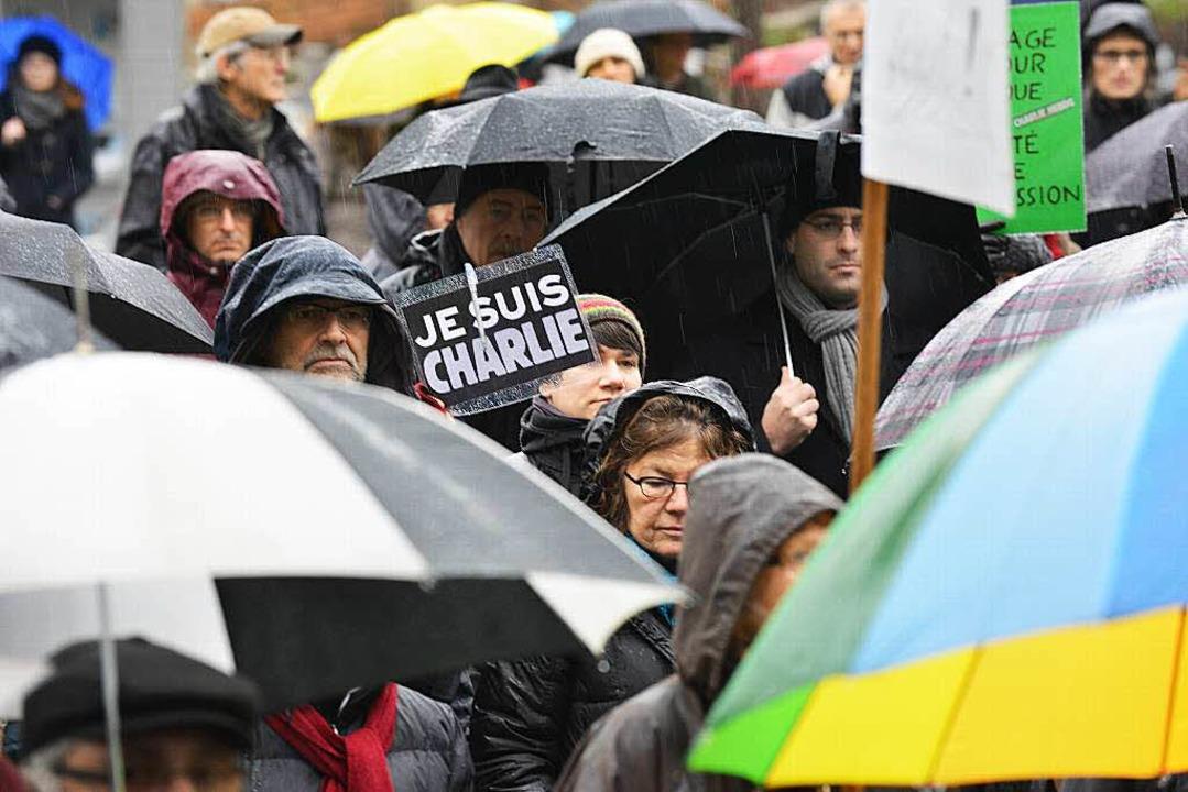 Trotz Regenwetter zeigten viele Freibu...efühl mit den Terroropfern von Paris.   | Foto: Rita Eggstein