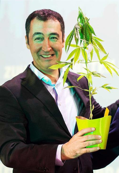 Cem Özdemir, Bundesvorsitzender der Pa...genpolitik eine Hanfpflanze geschenkt.  | Foto: dpa