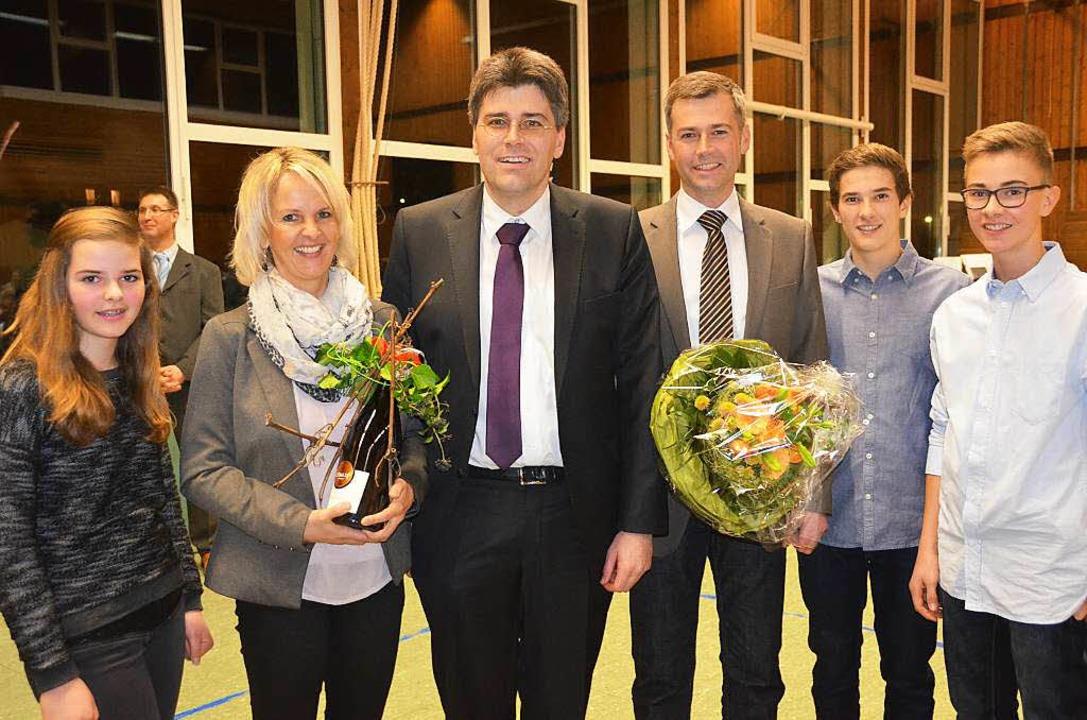 Ein strahlender Wahlsieger: Christian ...annah, Samuel und Simeon, gratulierte.  | Foto: Juliane Kühnemund