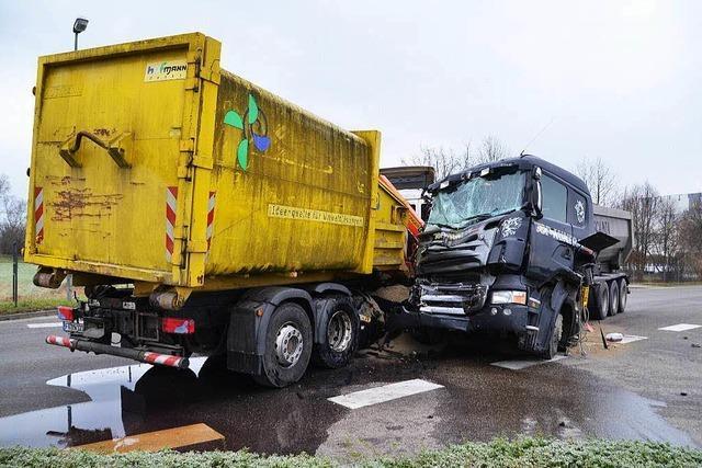 Heftiger Zusammenstoß zwischen zwei Lastwagen in Breisach