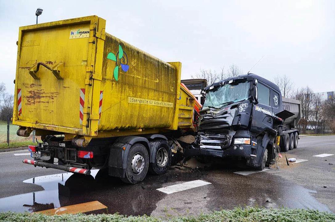 Zwei Lastwagen sind am Montagmorgen an...eisacher Hafenstraße zusammengestoßen.  | Foto: Hans-Jochen Voigt