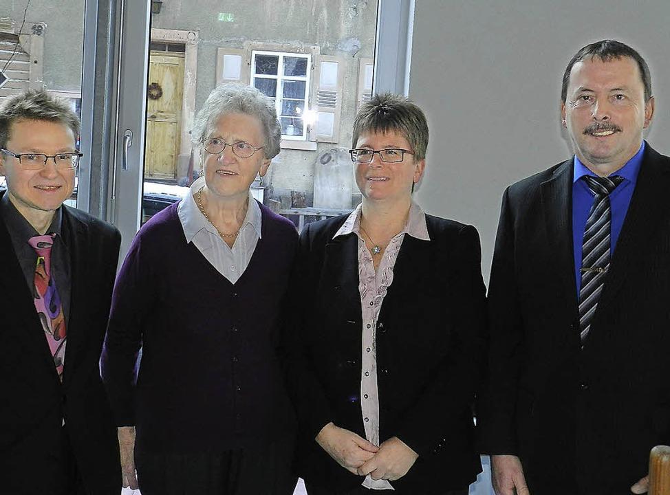 Der neue Pfarrer Frank Malzacher, die ...l und Ortsvorsteher Wetzel (von links)    Foto: Gerhard Wiezel