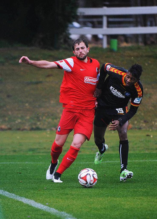SC-Kicker Admir Mehmedi im strömenden ...eim Testspiel gegen den Karlsruher SC.    Foto: Meinrad Schön