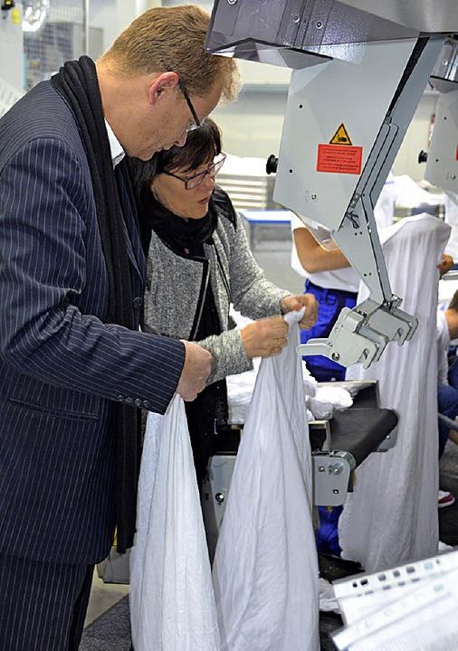 Thomas Dörflinger versuchte sich selbs...ßen Maschinen mit Wäsche zu bestücken.  | Foto: Juliane Kühnemund