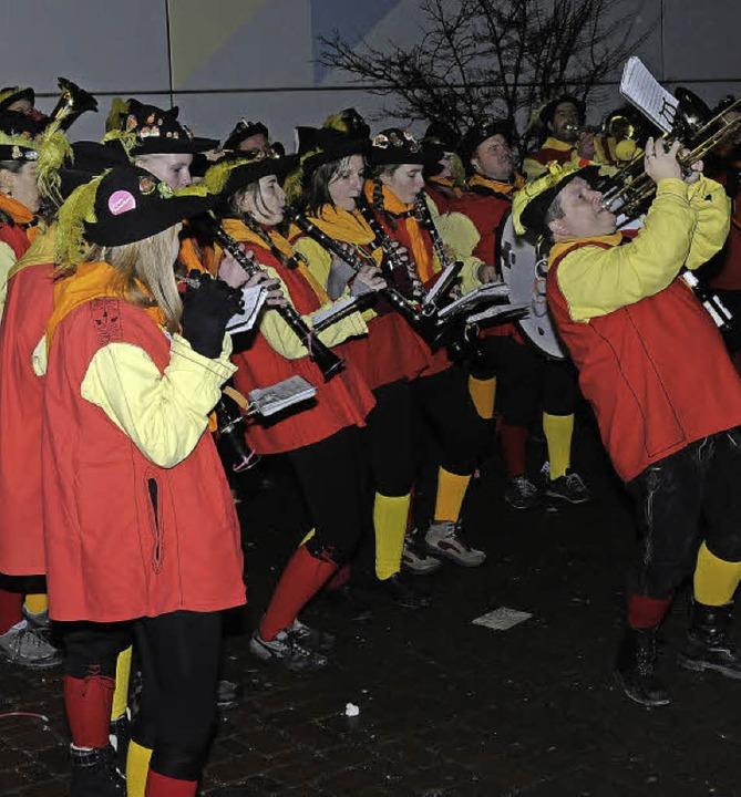 Vor der Halle empfingen  wechselnde Guggenmusiken die Besucher.  | Foto: Dietmar Noeske