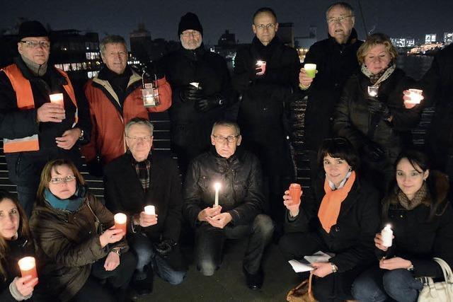 Brennende Kerzen als Zeichen gegen den Terrorismus