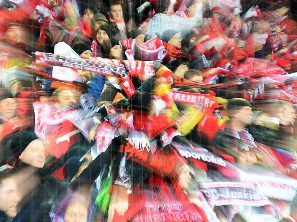 Der SC Freiburg und seine Fans sehnen ...211; doch noch ist nichts entschieden.  | Foto: dpa