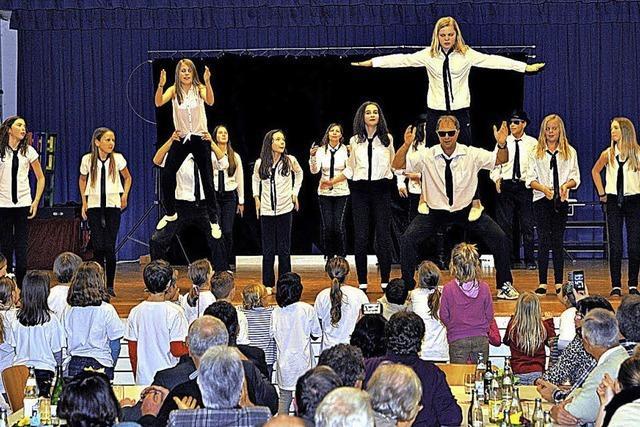 Gesang, Akrobatik und Tanzeinlagen begeistern