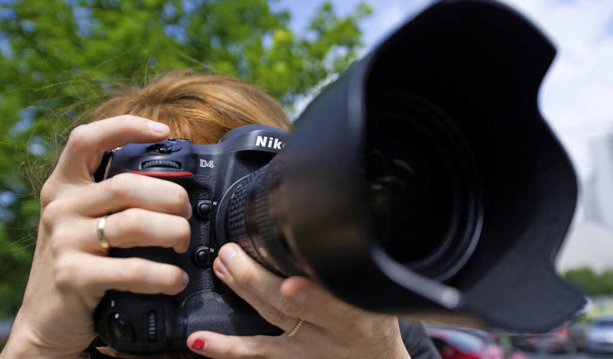Ob eine große Spiegelreflexkamera mit ...ssierten aus Gundelfingen  mitmachen.     Foto: Dpa/Michael Haberer