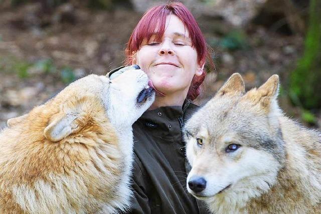Pflegerin lebt in einem Tierpark zusammen mit Wölfen