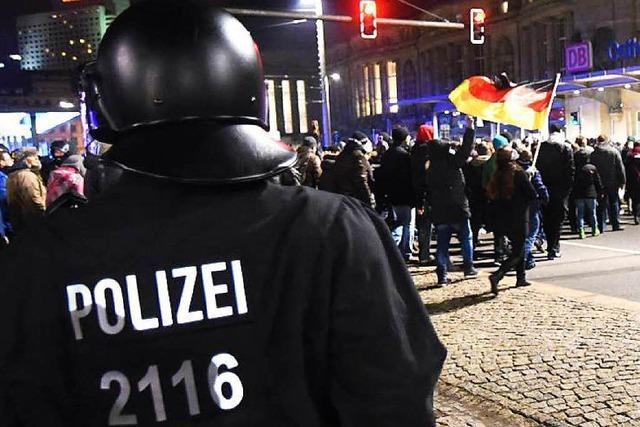 Für und gegen Legida: Tumulte und 35.000 Demonstranten