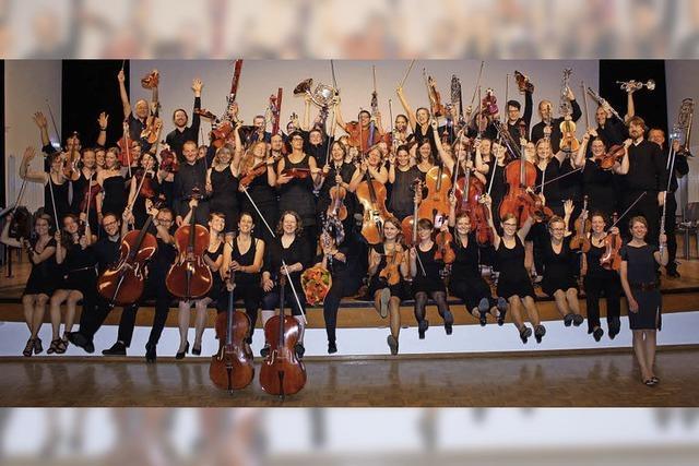 Das Per Tutti Orchester musiziert in der Steinhalle in Emmendingen