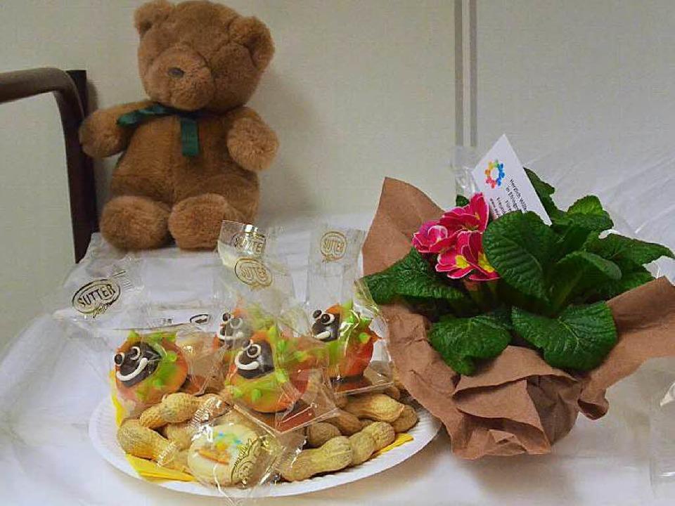 Die ersten Flüchtlinge in Efringen-Kir...Blumen und Naschereien begrüßt worden.  | Foto: Victoria Langelott