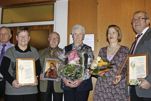 Kirchenchöre verteilen 13 Rosen