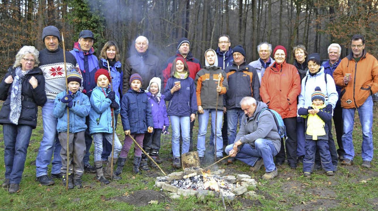 Die Wanderer des Schwarzwaldvereins Schwörstadt wärmen sich am Lagerfeuer.  | Foto: ZVG