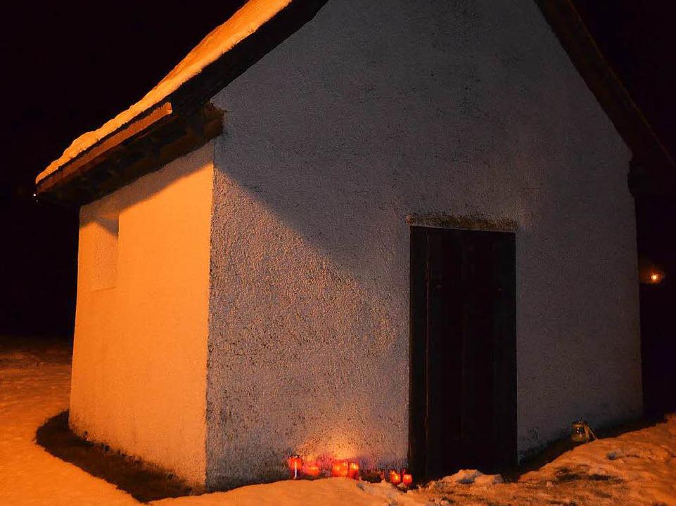 Kerzen an der Hofkapelle für den toten Jungen  | Foto: Ralf Morys