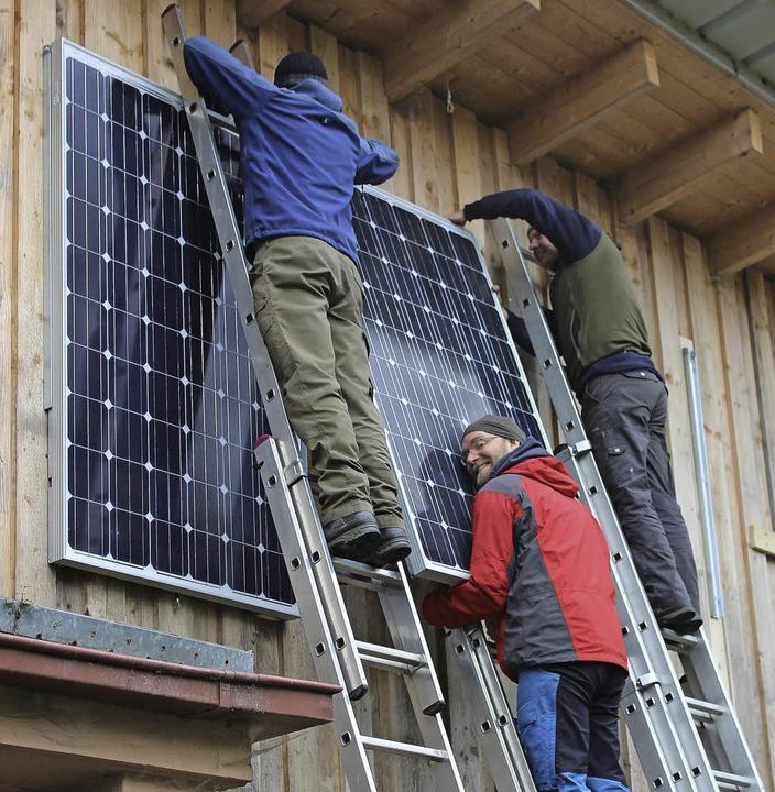 Teamwork war beim Aufbau der Photovoltaikanlage gefragt.     Foto: ZVG