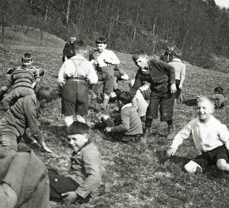 <ppp>und um 1931 als  Grundschüler mit...jahr beim Toben auf der Wiese.  </ppp>  | Foto: Familienarchiv Stein/Frey
