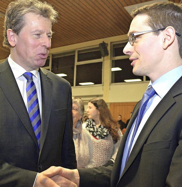 Uwe Ehrhardt (links) gratuliert seinem...mmen, und damit über 26 Prozentpunkte.  | Foto: julius steckmeister