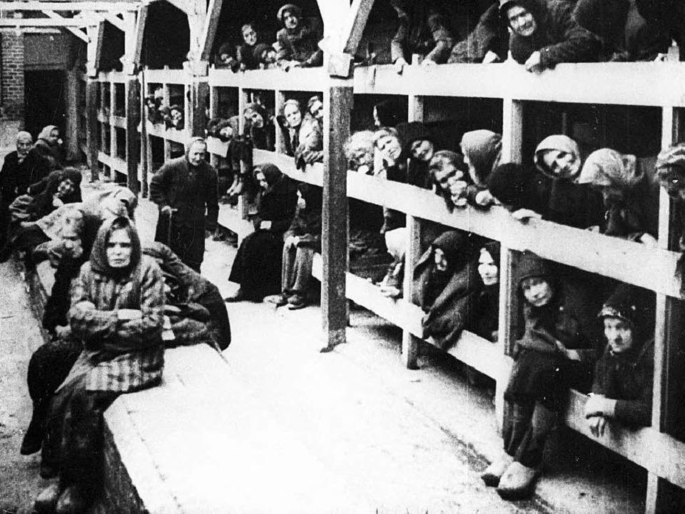 Wer nicht sofort vergast wurde, kam in...Gefangene im Lager Auschwitz-Birkenau   | Foto: dpa