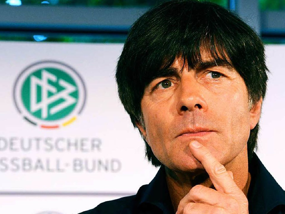 Bundestrainer Löw äußert  sich zur laufenden Debatte.  | Foto: dpa
