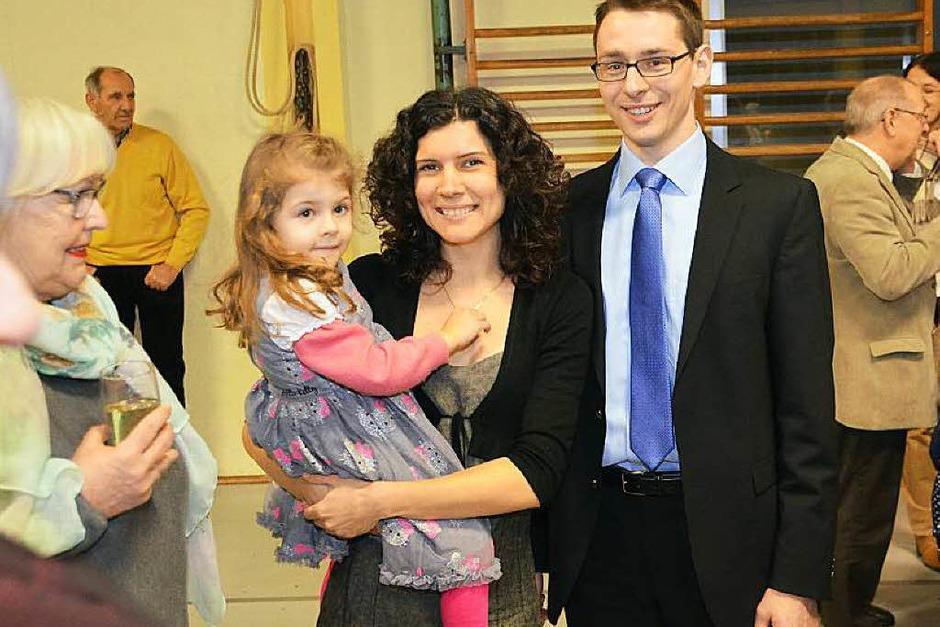 Zuversichtlich zeigt sich Helmut Mursa, mit Ehefrau Marion und Tochter Leah, während noch die Auszählung der Stimmen läuft. (Foto: Manfred Frietsch)