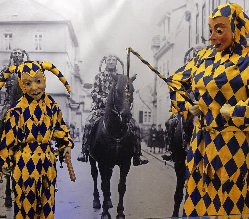 Bajasse vor einem historischen Foto: E...tet das Narrenjubiläum der Krakeelia.   | Foto: Timm