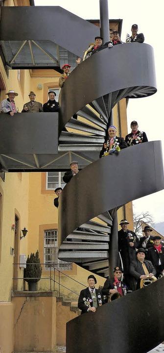 Die Fasnetpäperer  beim Fototermin auf der Treppe am Elztalmuseum in Waldkirch  | Foto: BZ