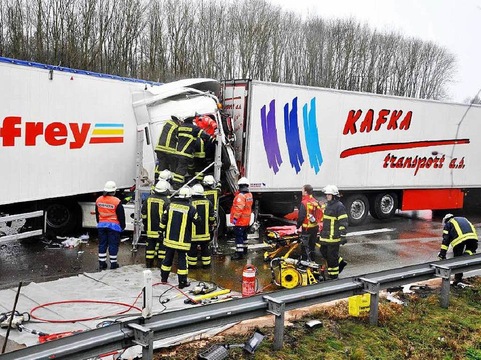 Feuerwehrleute versuchen, den Sattelzu... konnte nur noch tot geborgen werden.   | Foto: Margull