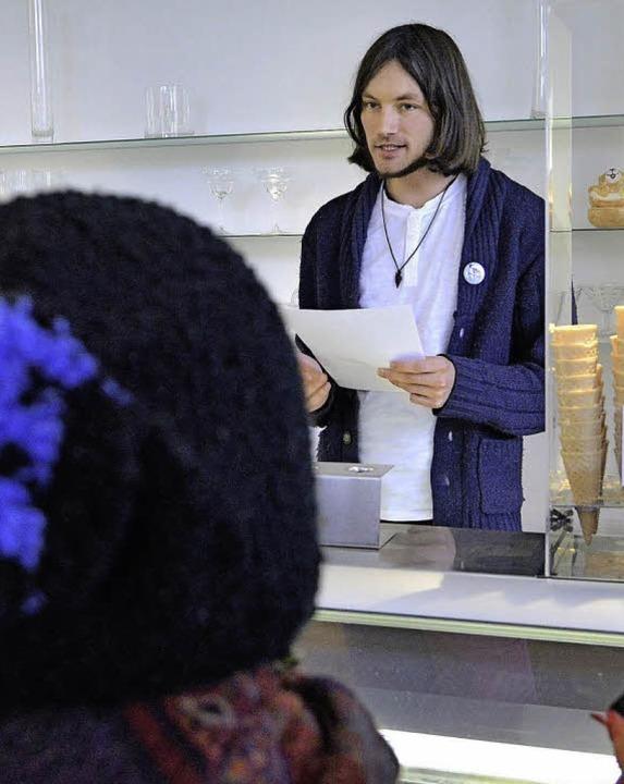 David Lorenz liest seine Lyrik im Eiscafé Limette.   | Foto: Michael Bamberger