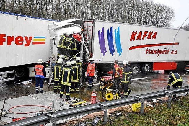 Sattelzugfahrer stirbt bei Auffahrunfall