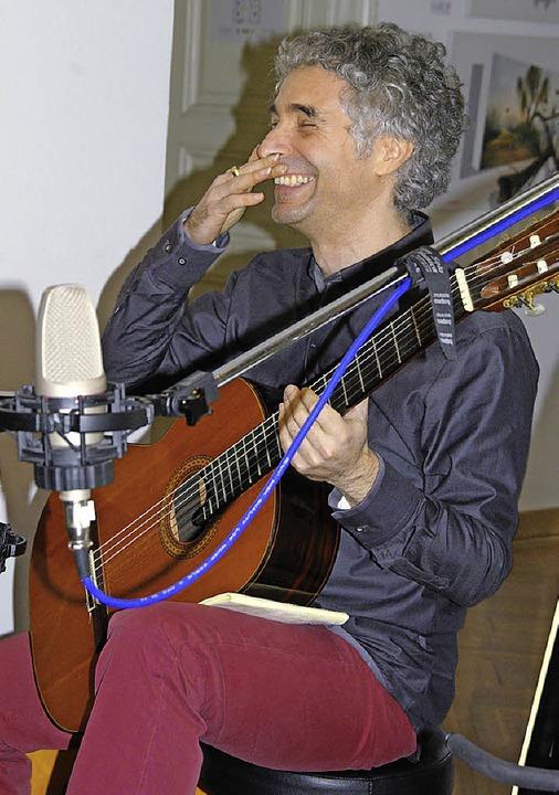 Der Gitarrist Gaetano Siino überzeugte in der Villa Berberich mit Spielwitz.   | Foto: Ilona Kunzelmann