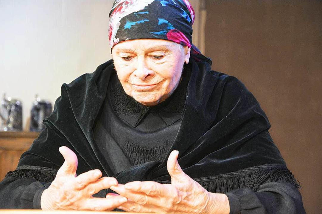 Rose-Marie Chaghaghi-Herrmann spielt mit Bravour die Mutter des Heimkehrers.   | Foto: Barbara Ruda