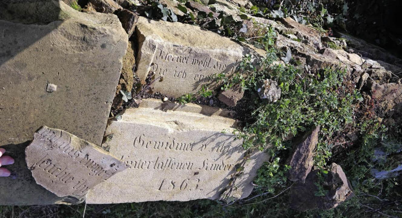 Entdeckt haben die Engagierten, dass i...ofsmauer alte Grabsteine verbaut sind.  | Foto: Arbeitskreis Dorfbild