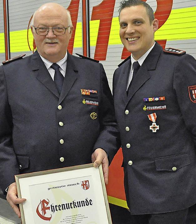 Josef Hügele (links) ist Ehrenfeuerweh... hier  mit Kommandant Patrick Gutmann.  | Foto: Julius Wilhelm Steckmeister