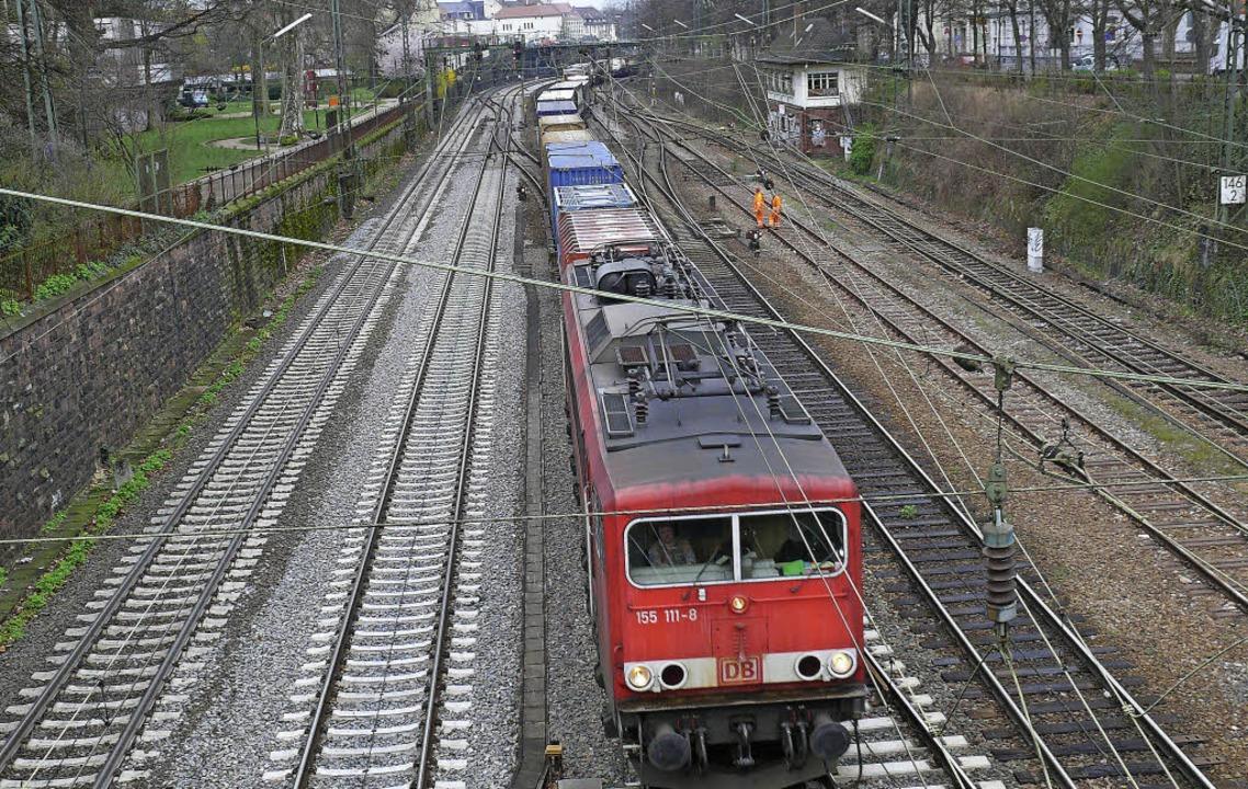 Bis 2035 werden die Güterzüge wohl dur...il sich der Bau des Tunnels verzögert.  | Foto: Seller