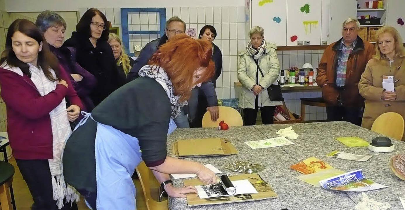 Exklusive Führung: Christina Kuhn (mit blauer Schürze) zeigt die Kunstküche.   | Foto: Danielle Hirschberger