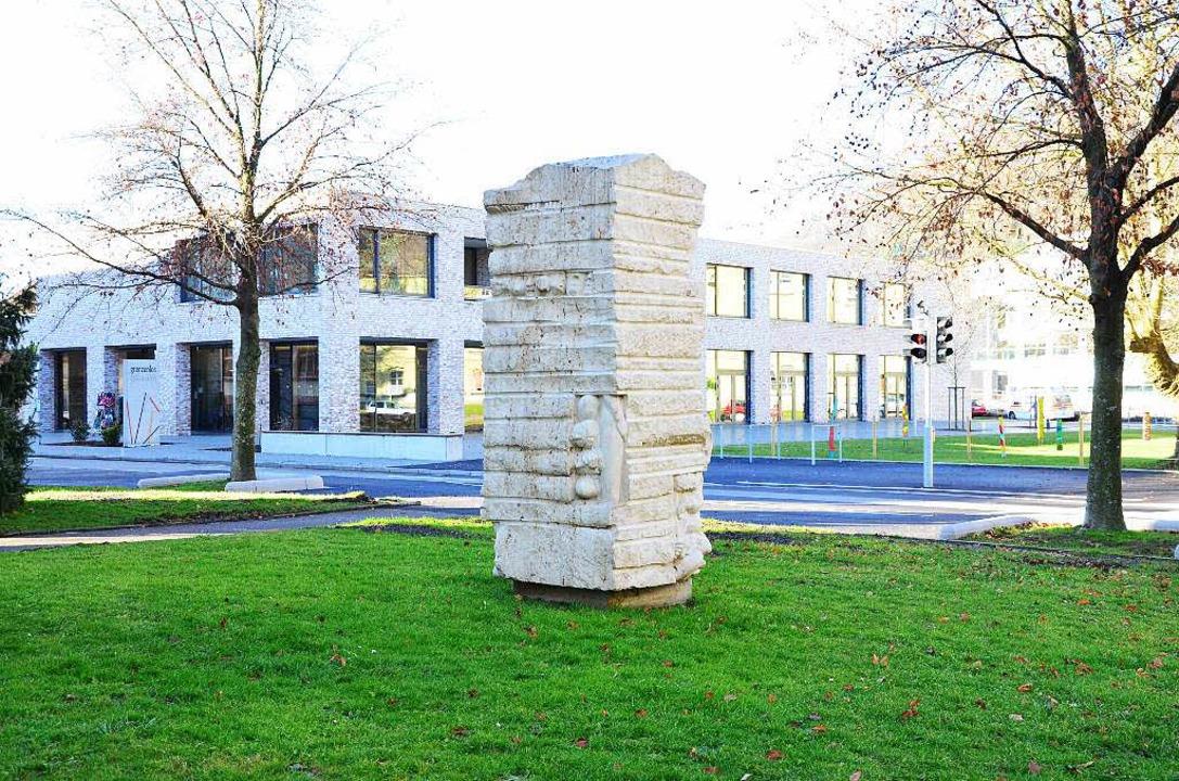 Seit 1999 steht ein Gedenkstein vor der Josefskirche in Herten.   | Foto: Martina Proprenter