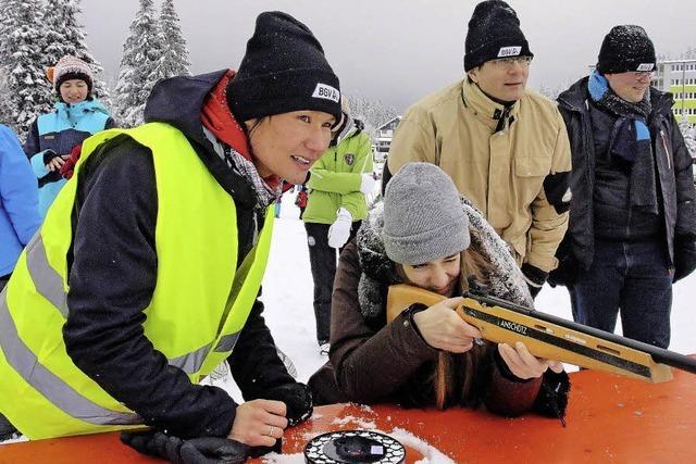 Schüler feiern ein Spektakel im Schnee