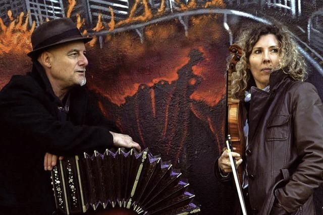 Bandeonist und Tänzerin zelebrieren den Tango in Weil am Rhein