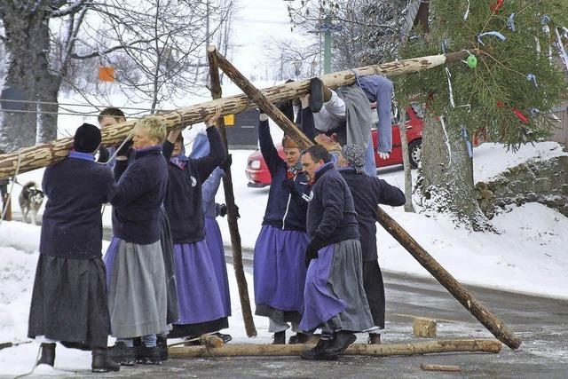 Narrenbaumstellen der Kolmewiber in Schwärzenbach