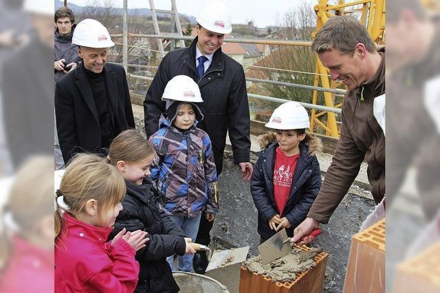 Grundsteinlegung mit Ziegel, Mörtel – und Kindern